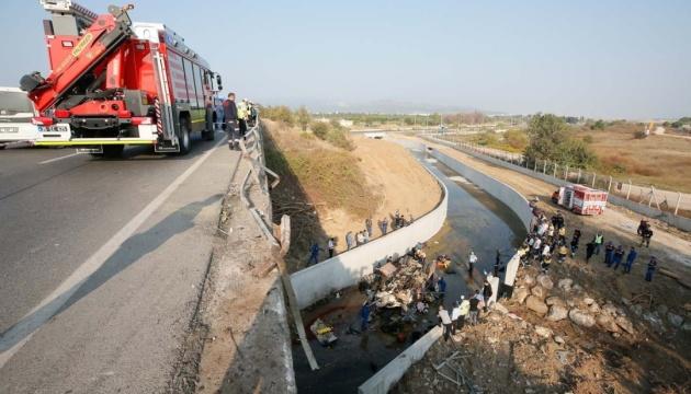 В Туреччині вантажівка з мігрантами впала з 20-метрової висоти