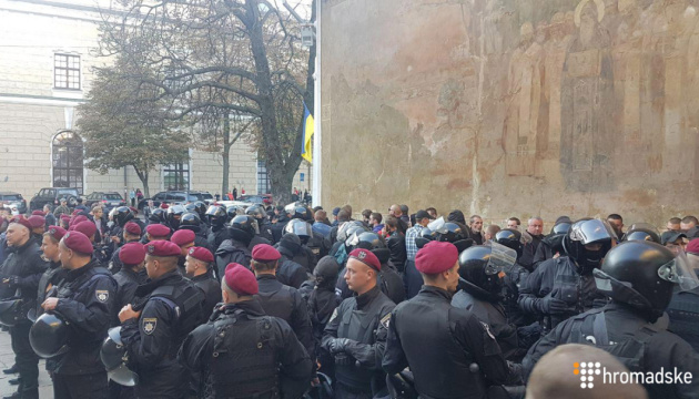 Более сотни верующих собрались возле Лавры - обстановка спокойная