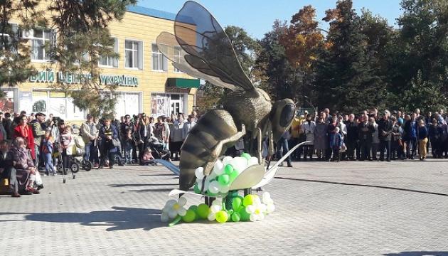 У Маневичах на Волині відкрили пам'ятник бджолі