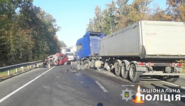 Под Киевом столкнулись грузовик и легковушка, трое погибших