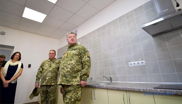 Порошенко оглянув нові гуртожитки для військових - це вже не казарми