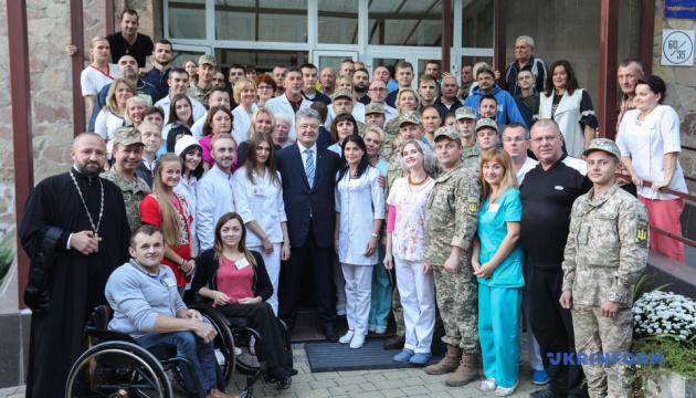 Порошенко відвідав Військово-медичний клінічний центр Західного регіону