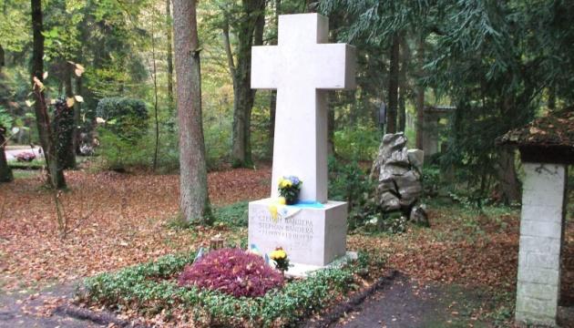 Наруга над могилою: у В'ятровича пропонують перепоховати Бандеру