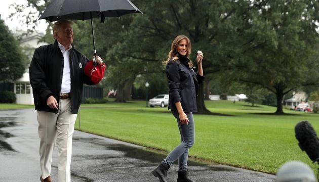 Трамп оставил Меланию мокнуть под дождем и вызвал гнев соцсетей