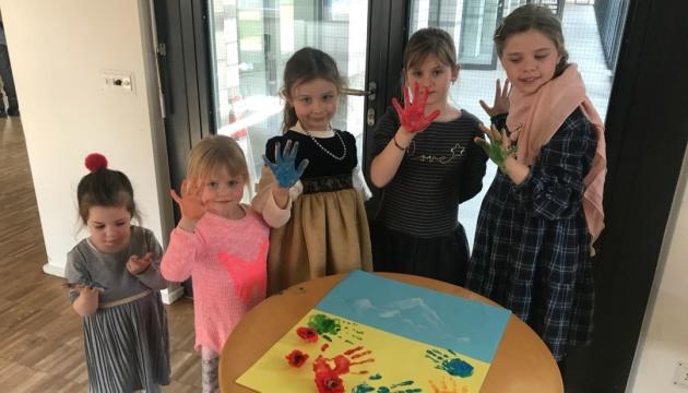 Бійці на передовій отримали подарунки від маленьких українців зі Швейцарії
