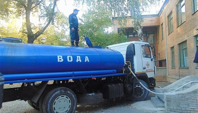 Воду в Торецк подвозят спасатели