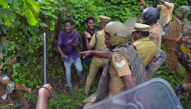 На женщин-репортерш напали в индийском храмовом городе