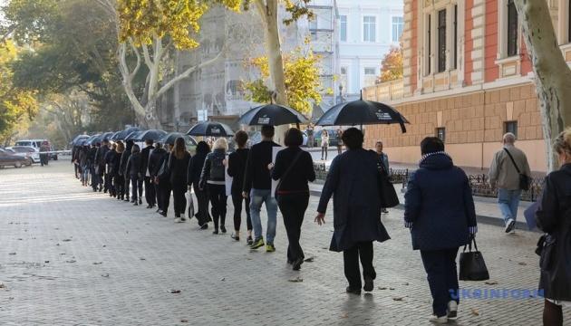 Марш под черными зонтами: в Одессе прошли шествием против торговли людьми