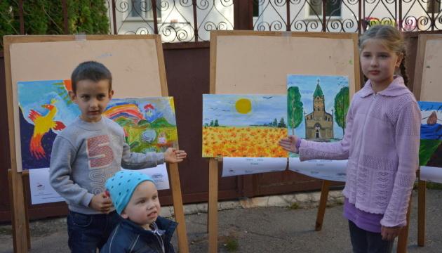 Выставку картин детей с особыми потребностями открыли в Черновцах