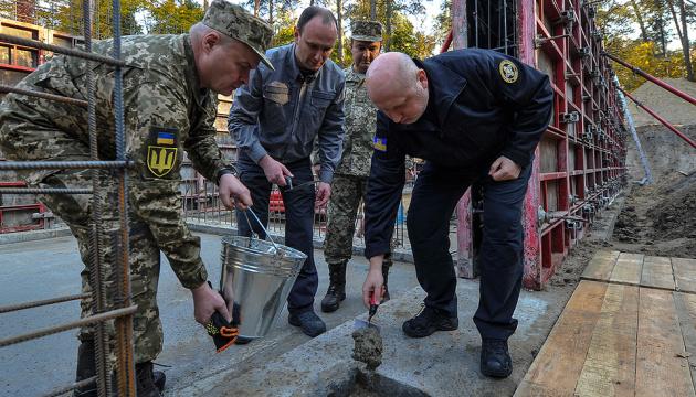 Turchynov coloca una cápsula en la construcción de la sede del Servicio de Inteligencia Exterior (Fotos)