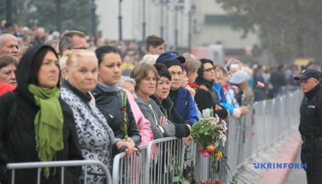 В Керчи прощаются с жертвами массового убийства: на площадь вынесли 17 гробов