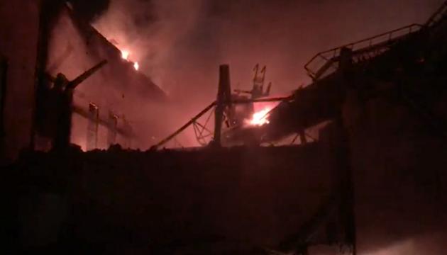 В России горит металлургический завод