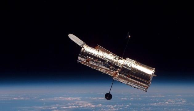 Молодые звезды и черная дыра: Hubble сфотографировал новую галактику