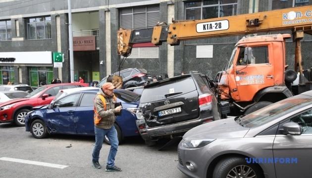 В центре Киева кран спровоцировал масштабное ДТП