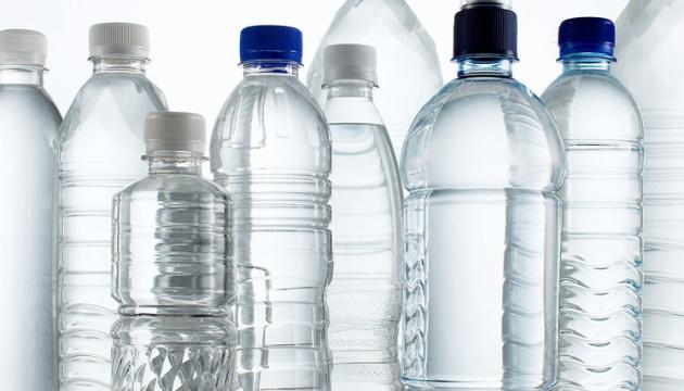 """Пластикові пляшки """"залишають слід"""" у людському організмі - учені"""