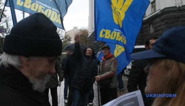 Дрова и буржуйка: под Кабмином митингуют против повышения цены на газ