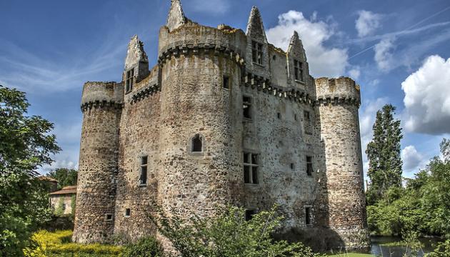 Желающие могут стать совладельцами французского замка за 50 евро