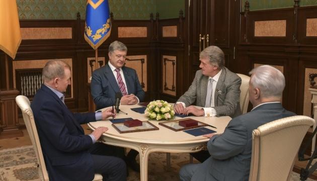 Порошенко обговорив майбутнє країни з трьома екс-президентами