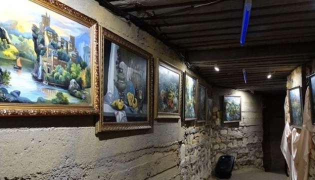 Une galerie de peintures qui brillent dans le noir est ouverte dans les catacombes d'Odessa