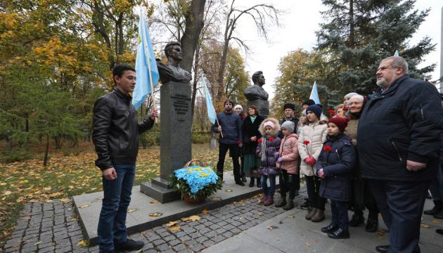 В Киеве крымские татары возложили цветы к памятнику легендарному летчику