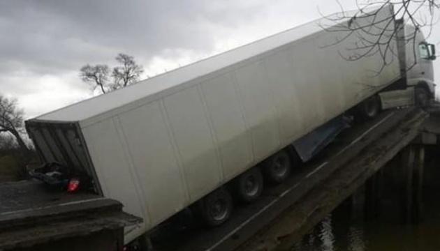 В Приморском крае РФ обрушился мост во время проезда грузовика, есть погибшие