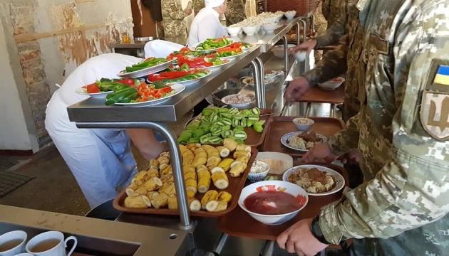 Зміна системи харчування в ЗСУ є символом перебудови армії - Порошенко