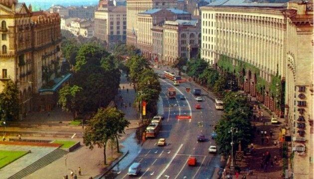 Instalan las pantallas con noticiero documental de Kyiv en el centro de la ciudad