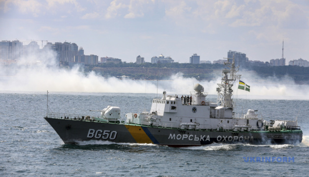 Российский пограничный корабль протаранил украинский буксир на Азове