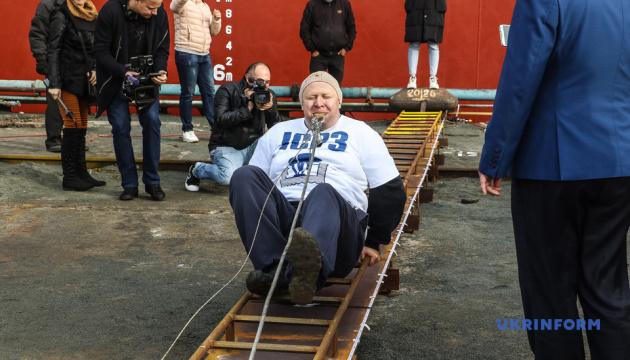 Богатырь Олег Скавыш протянул зубами 614-тонное судно 16 метров
