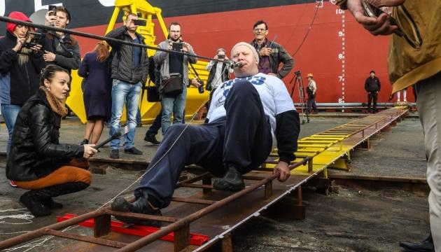 El hombre fuerte Oleg Skavysh hala un buque de 614 toneladas con los dientes (Fotos)