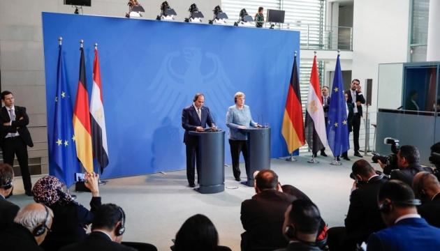 Меркель похвалила Єгипет за те, що не випускає до Європи нелегалів