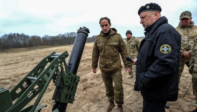 К стрельбе готов за минуту: Турчинов проверил новый мобильный миномет
