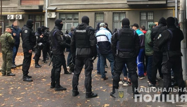 Из правительственного квартала в полицию доставили полсотни парней