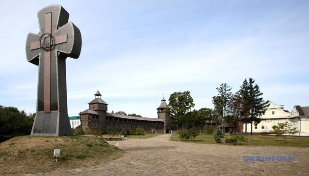 Хрест жертвам Батуринської трагедії на території Національного історико-культурного заповідника «Гетьманська столиця»