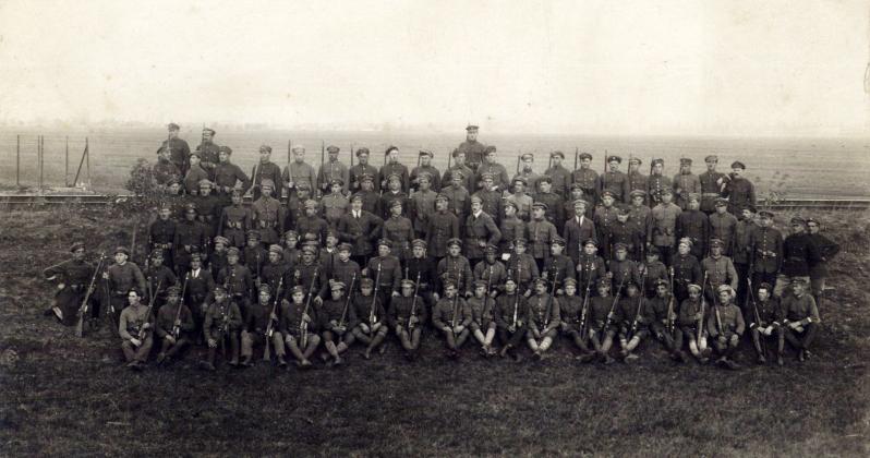 Фотографія інтернованої сотні УГА в ЧСР. В середині командант, невідомий сотник