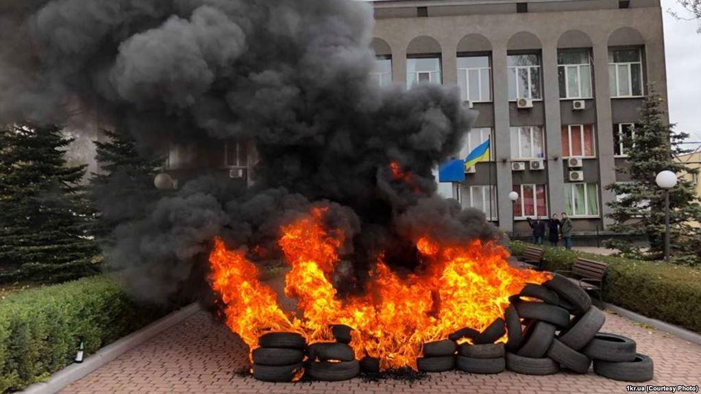 Перед входом до центрального офісу «Криворіжгаз» запалили шини (12 листопада 2018 року) // Фото: Радіо Свобода
