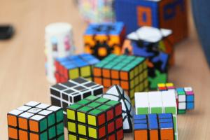 Штучний інтелект навчився збирати кубик Рубіка за секунду