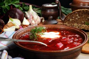 Ucranianos en Barcelona cocinan 70 litros de borscht para el Festival Internacional de Sopas (Fotos, Vídeos)