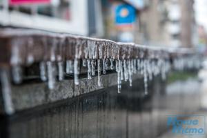 Киевлян предостерегают от падения снега и сосулек с крыш из-за потепления