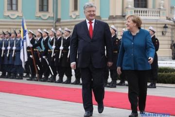 ポロシェンコ大統領とメルケル独首相、マリンシキー宮殿で会談を開始