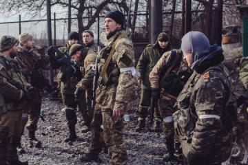 武装分子在佐罗托耶-5居民点部署射击阵地,并在房屋附近挖掘战壕