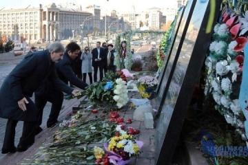 ハーン欧州委員とクリムキン外相、マイダン犠牲者を弔う「天国の戦士」通りで献花