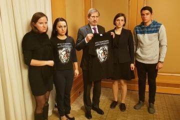 ハーン欧州委員、活動家のハンジュークさん攻撃に関与する人物に責任を取らせるよう要求