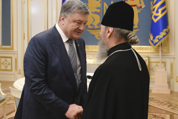 Poroshenko asks Metropolitan Onufriy to help rescue Ukrainian sailors