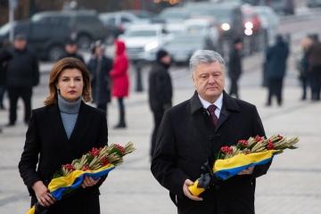 Porochenko et son épouse ont déposé des épis de blé en signe commémoratif des victimes du Holodomor
