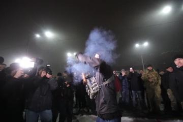 Les activistes manifestent devant l'ambassade de Russie à Kyiv