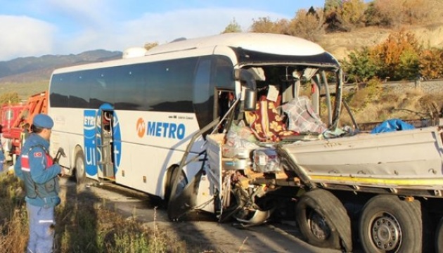 В Турции автобус с военными врезался в грузовик: есть погибшие