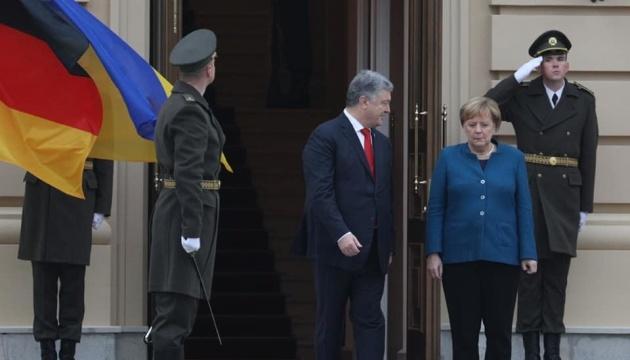 Poroschenko empfängt Merkel in Kyjiw - Video
