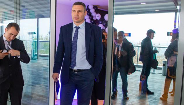 Vitali Klitschko turns into Santa Claus