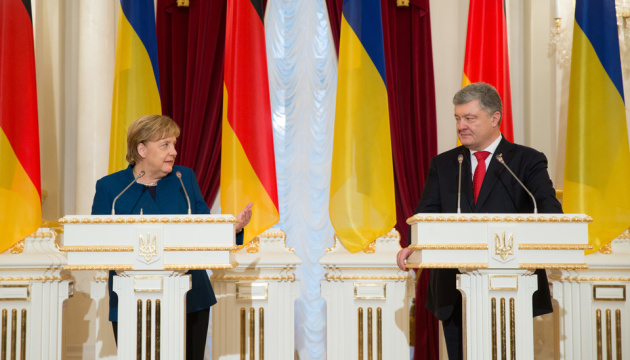 Poroshenko gives Merkel new evidence of Russian crimes against Ukraine